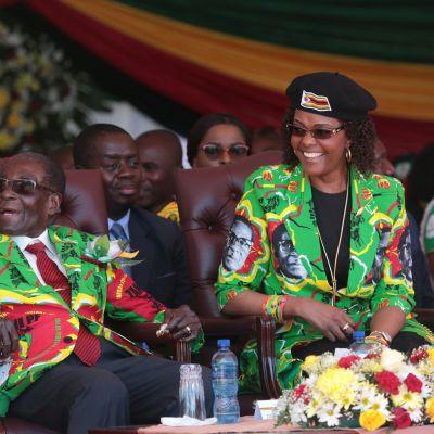 Robert ja Grace Mugabe puolueen vaatteissa