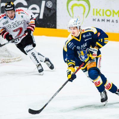 Mikkelin Jukureiden puolustaja Axel Rindell pelitilanteessa