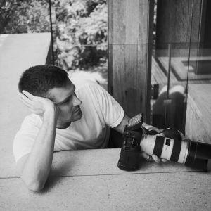 Johnny Kangasniemi med en kamera i handen.