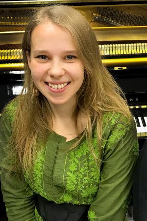 Laulaja ja lauluntekijä Vilma Talvitie ja toimittaja Riikka Holopainen.