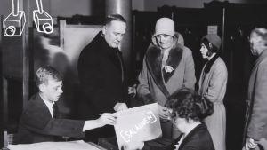 Presidentti ja rouva Relander äänestämässä presidentin valitsijamiesvaaleissa.