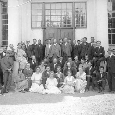 Personalen i Pargas Kalkbergs Aktiebolag på kontorets trappa våren 1923.