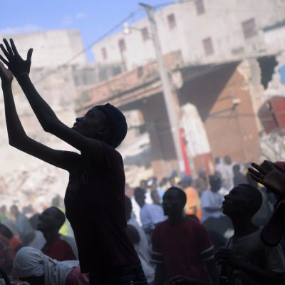 Haitier samlas för att ta emot mat