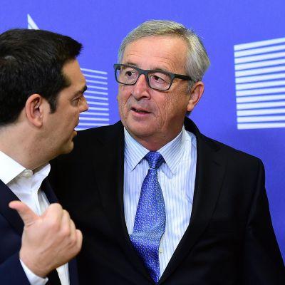 Kreikan pääministeri Alexis Tsipras (vas.) ja Euroopan komission presidentti Jean-Claude Juncker ennen kokouksen alkamista Brysselissä 22. kesäkuuta.