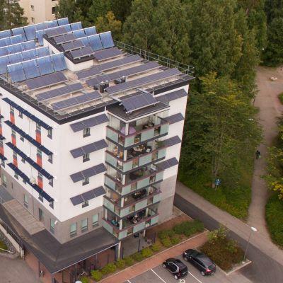 Järvenpään kokeilutalon seinät ovat paksut ja katolla aurinkokeräimiä ja -paneeleja.