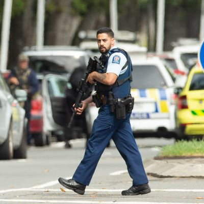 Aseistettu poliisi partioi Deans Avenuella iskun jälkeen.