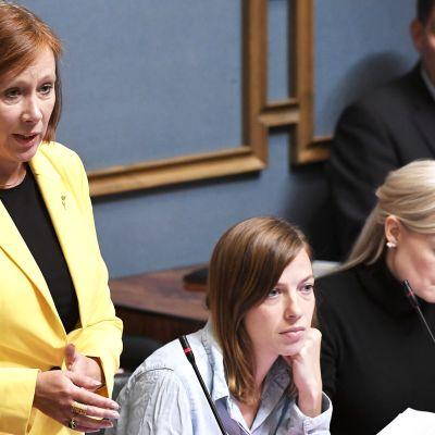Kunta- ja omistajaohjausministeri Sirpa Paatero vastausvuorossa eduskunnan kyselytunnilla 5. syyskuuta.