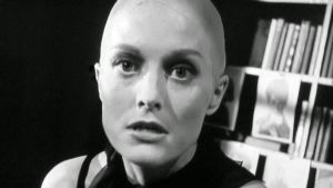 Constance Towers ilman hiuksia. Kuva Samuel Fullerin elokuvasta Alaston suudelma (1964).