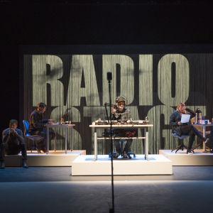 Radio Stagen toimitus näyttämöllä. Juontamassa DJ Mysli, Ylermi Rajamaa.