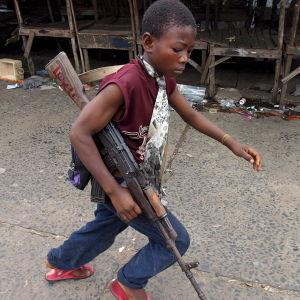 Barnsoldar med ett vapen i handen.