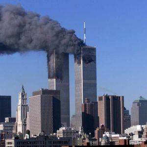 Bild på de två tornen som rammades av flygplan i New York i samband med elfte september attackerna. Det ryker från tornen.