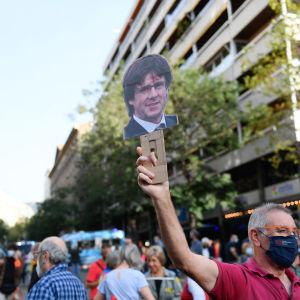 Demonstranter utanför det italienska konsulatet i Barcelona krävde den 24 september 2021 att Carles Puigdemont friges.