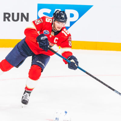 Aleksander Barkov slår i väg en passning.