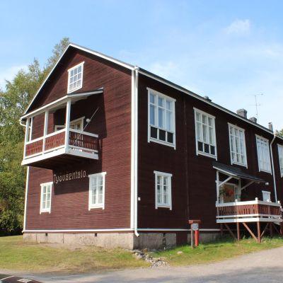 Osakri Tokoi seuran ylläpitämä komia työväentalo seisoo Keski-Pohjanmaalla Kannuksessa.