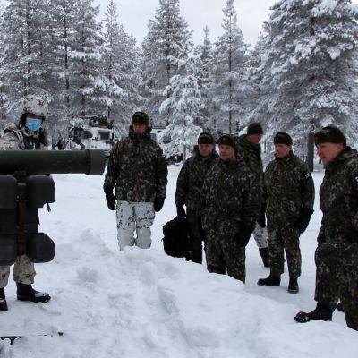 Yhdysvaltain Euroopan ja Afrikan maavoimajoukkojen komentaja, kenraali Christopher G. Cavoli tutustuu talvisodankäynnin kurssiin Sodankylässä tammikuussa 2021.