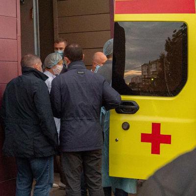 Den här bilden togs i Omsk den 22 augusti 2020 då personal vid sjukhuset där hjälpte ambulanspersonal i samband med transporten av Navalnyj till flyget som sedan tog honom till Berlin.