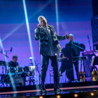 Antti Tuisku esiintyy tummissa vaatteissa SuomiLOVE-lavalla.