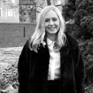 Ett svartvitt porträtt på Anna Aaltonen.