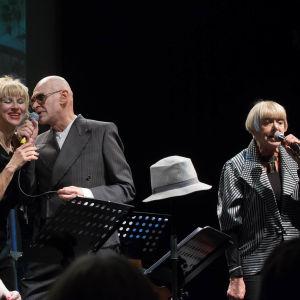 Teatteri Kapsäkissä neljä taiteilijaa laulamassa mikrofoneihin