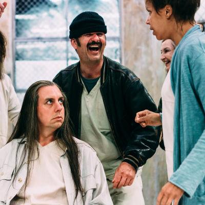 Potilaita päivähuoneessa. Kuvassa Tommi Eronen, Robin Svartström, Robert Kock ja Amira Khalifa  Kuva © Mitro Härkönen