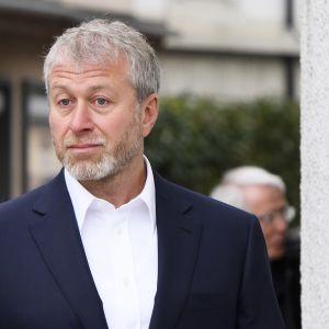 Roman Abramovitj i samband med en rättegång i Schweiz den 2 maj. Europeiska banken för återuppbyggnad och utveckling (EBRD) kräver honom och Gazprom på obetalda skulder.