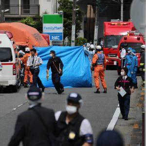 Räddningspersonal på den gata i Kawasaki där tisdagens knivattack inträffade.