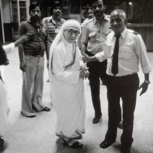 Äiti Teresa Kalkutan lentokentällä.