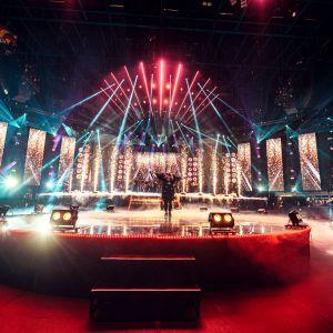 Ellinoora esiintyy SuomiLOVE-konsertissa lavalla kirkkaiden valojen keskellä.