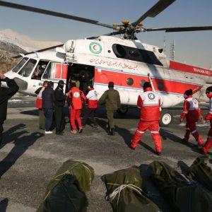 Helikopteri jonka edessä ruumispusseja