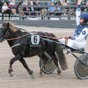 Maria Kiukas ja Thorvald A-mestaruuden voiton jälkeen.