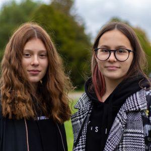 Virolaiset kahdeksasluokkalaiset Karina ja Sonja