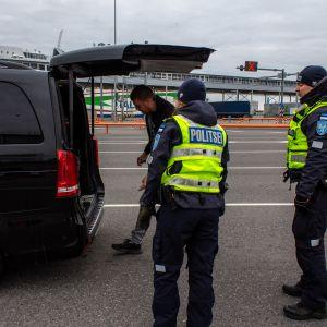 Virolaiset poliisit tarkastavat ajoneuvoja Tallinnan satamassa