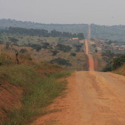 Viivasuora tie jatkuu mäeltä toiselle
