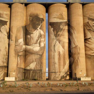 Neljää miestä kuvaava muraaliteos siilojen seinässä Australian Brimissä