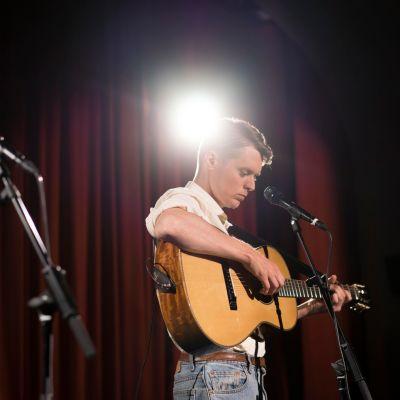 Mattias Björkas uppträder på scen.