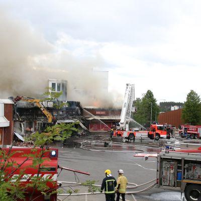 K-Market ja ostoskeskus tulessa Jyväskylän Palokassa.