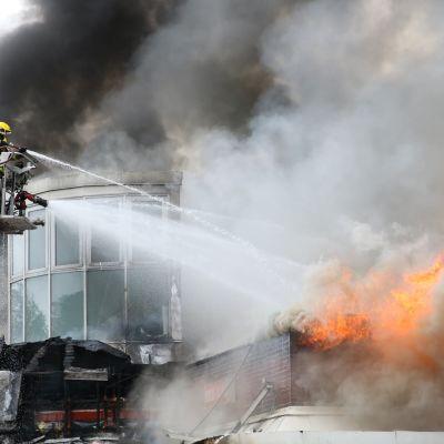 Tulipalo kauppakeskuksessa Palokassa.