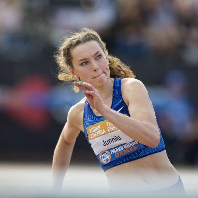 Ella Junnila paransi Suomen ennätystä ensimmäisen kerran Paavo Nurmen kisoissa ja toistamiseen Tampereen GP-kisoissa.