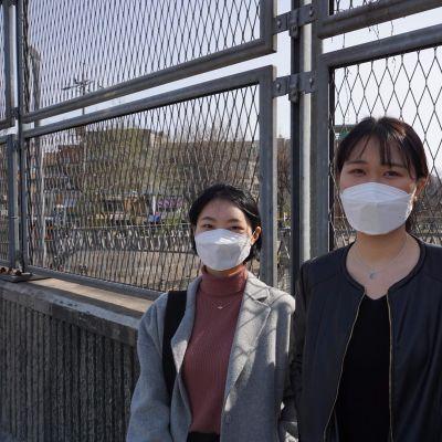 Kuvassa kaksi eteläkorealaista opiskelijaa.