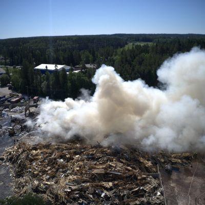 Roskakasa palaa voimakkaasti savuttaen Topinojan kaatopaikalla Turussa.