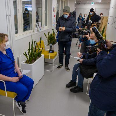 Median edustajat kuvaavat ja haastattelevat TAYSin sairaanhoitajaa Saija Johanssonia.