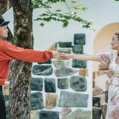 Tobias Reuter och Amanda Wiik i rollerna som Roger och Julia.