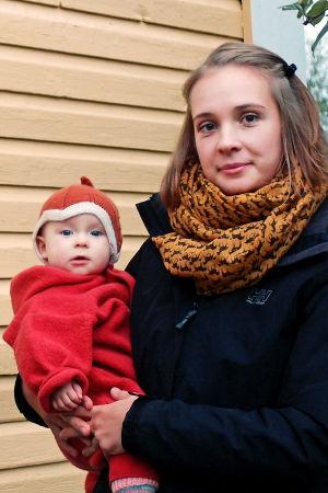 Linda Holm ja Carolina Beijar sylissään tytär Freja.