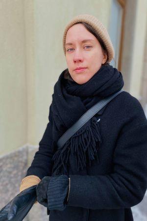 Elsa Kemppainen framför Berghälls kyrka