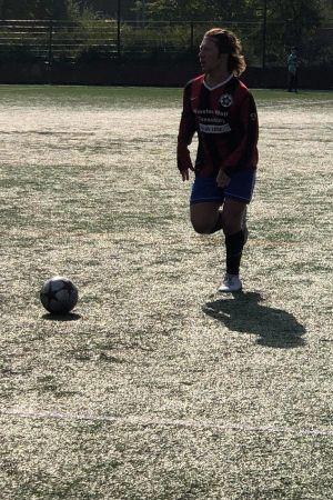 Fabian Silén spelar fotboll.