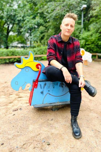 Martina Moliis-Mellberg sitter på en lekparkshäst