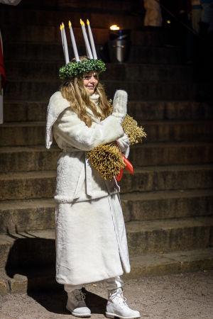 Lucia Ingrid Holm vinkar.