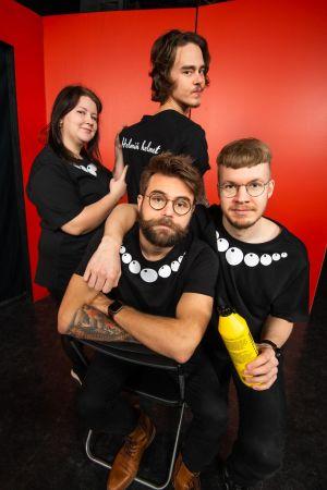 Bandet Helmin Helmet i Teaterboulages revy 2020. Veronica Lindholm, Adrian Rantala, Anton Elmvik och Oskar Yrjölä.