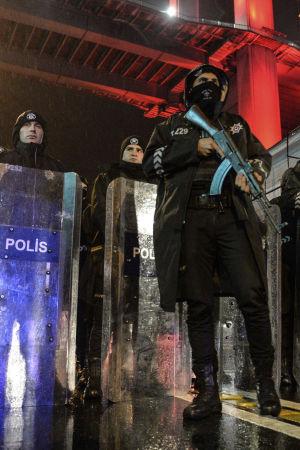 Poliser i Istanbul efter terrorattack mot nattklubben Reina.