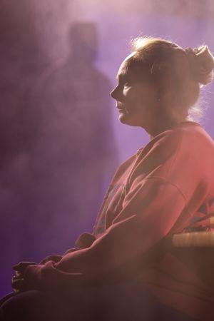 Sari Puumalaisen näyttelemä Emine on lähikuvassa kasvot sivuttain, vakavana ja hiljaisena.